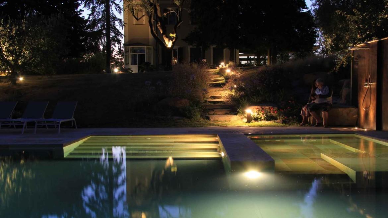 piscina a sfioro, notte, luci, ora blu, acqua, pietra